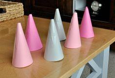 idées déco Noël à faire soi-même - cônes en carton coloré qui seront transformés en sapins de Noël
