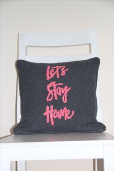 Almohadón Let´s Stay Home color gris melange oscuro bordado con lana color rosa. Medidas 40x40