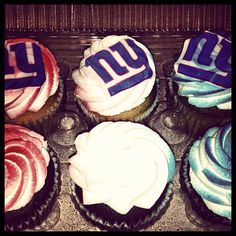 NY Giants cupcakes. Pretty sure after my cupcake decorating class I can totally do these. Project for football season!!!