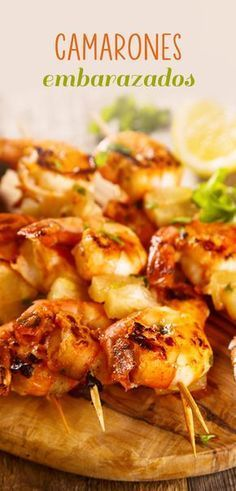 Los camarones embarazados es un platillo típico de las playas de Puerto Vallarta. Consisten en brochetas de camarón adobados en chile pasilla, naranja y a la parrilla. ¡Que esperas para preparar esta delicia!