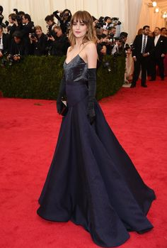 Pin for Later: Seid glamourös oder lasst es sein: Alle Stars vom roten Teppich der Met-Gala! Dakota Johnson