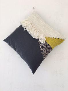 Coussin tissé Dimension 50x50 cm  Face tissée et cousue sur coton bio gris anthracite, dos en coton bio noir.  Le tissage se compose de laine