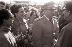 Predsednik Tito in Sukarno s soprogama pred Postojnsko jamo 1960 - Josip Broz Tito - Wikipedia