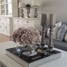 flowers/candle/tray (not colors) room design traditional Coffee Table Styling, Decorating Coffee Tables, Coffee Table Centerpieces, Centerpiece Ideas, Coffee Table Tray Decor, Floral Centerpieces, Candle Tray, Interior Decorating, Interior Design