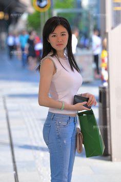 【补档】妳在等待着谁~-魔镜原创摄影-魔镜街拍_魔镜原创_原创街拍_高清街拍_街拍美女_搭讪美女_紧身美女_遇到最好的街拍摄影作品! Lennon And Mccartney, Sexy Jeans, Beautiful Asian Women, Sexy Asian Girls, Jeans Style, Asian Woman, Asian Beauty, Korean Fashion, Magic Mirror