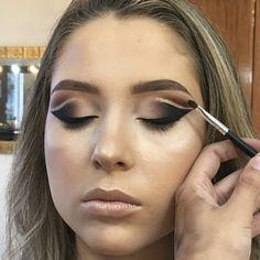 Tutorial Double Cut Crease com um toque de Glitter - March 23 2019 at Glitter Tip Nails, Glitter Top, Top Eyeliner, Pencil Eyeliner, Maybelline, Gold Eyeshadow Palette, Cut Crease Eye, Eyeshadow Brands, Brown Mascara