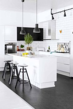 Black and white kitchen interior, subway tiles and dark floor Kitchen Dinning, New Kitchen, Kitchen Decor, Kitchen Lamps, Kitchen Stools, Kitchen Modern, Kitchen Ideas, Dining Room, Industrial Kitchen Design