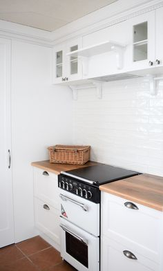 We offer the best quality solid timber benchtops on the Sunshine Coast. Modern Scandinavian Interior, Scandinavian Kitchen, Kitchen Benchtops, Kitchen Cabinetry, Furniture Care, Furniture Makers, Timber Benchtop, Timber Kitchen, Office Desktop
