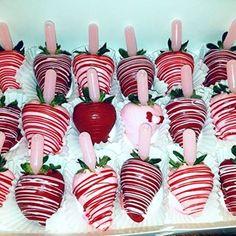 strawberry bouquets Pink & Burgundy Chocolate Covered Strawberries with pink Pina Colada flavored infusion. Chocolate Covered Strawberries, Chocolate Dipped, Homemade Chocolate, Melting Chocolate, Chocolate Recipes, Hot Chocolate, Valentine Chocolate, Blackberry Syrup, Strawberry Dip