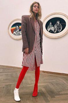 38b6f14c8412 Emili Sindlev usa e abusa do truque de styling combinando a cor da meia com  a