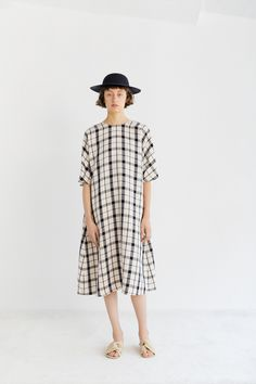 Samuji Spring 2019 Ready-to-Wear Fashion Show Collection: See the complete Samuji Spring 2019 Ready-to-Wear collection. Look 6 Short Kimono, Vogue Russia, Fashion Show Collection, Linen Dresses, Modest Outfits, Modest Clothing, Fashion Prints, Everyday Fashion, Ready To Wear