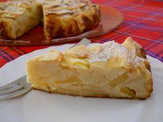 La torta di mele cotogne è un delizioso dolce autunnale, che racchiude i sapori di un frutto genuino che non è troppo commerciale ma appartenente alla tradizione...
