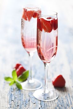 Champagne with Captain Morgan Strawberries! Ring in the New Year adventurously with this twist on a classic holiday Champagne Drinks, Cocktail Drinks, Alcoholic Drinks, Cocktail Recipes, Captain Morgan, Rum Recipes, Alcohol Recipes, Cocktail Saint Valentin, Wholesale Fragrance Oils