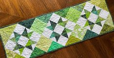 Quilt Display, Quilt As You Go, Table Runner Pattern, Modern Quilt Patterns, Quilted Table Runners, How To Make Notes, Table Toppers, Spring Green, Color Themes
