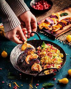 Leckere King Prawns Spieße mit Kürbis, serviert auf Couscous Salat. Schnelles und einfaches Rezept! Garnelen Spieße