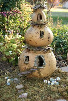 Make your own very cute Fairy House from gourds! Garden Crafts, Garden Projects, Garden Art, Big Garden, Garden Ideas, Garden Design, Fairy Village, Deco Nature, Fairy Garden Houses