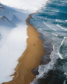 Where the snow meets the sea on the western coast of Japan 📸 GoGraph Japan
