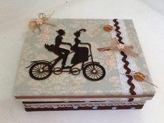 Caixa decorada , forrada com tecidos , e papel , com aplicação  de acessórios em recorte a laser , e rendas . R$ 55,00
