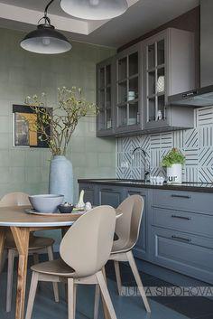 Дизайн этой квартиры в Москве был создан в приглушенной нейтральной цветовой гамме — жилье предназначалось для сдачи в аренду, поэтому важно было не переборщить с экспериментами и оригинальностью. В то же время, интерьеры получились вовсе не скучными, в одной только кухне много интересных решений и красивых сочетаний. На фотографиях мы видим много выразительного декора и …