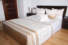 Luksusowe ecru narzuty na łóżko do sypialni z kakaowym ornamentem