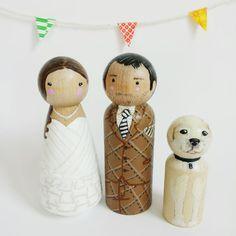 Custom peg doll wedding cake toppers // bride groom por PegandPlum