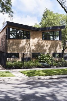 This 1954 split-level ranch on the Chicagos Near North Side was renovated, including raising the ceiling, converting the wood-paneled rec room and bar on the lower level into a master suite, and moving the kitchen into what had was a breezeway and part of the garage. #dwell #modernarchitecture #modernbutteryflyroofs #butterflyroofs