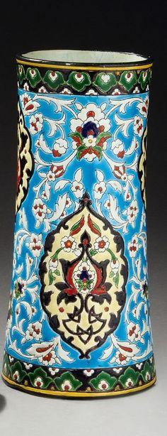 Lot : GRAND VASE DE « VIEILLARD » À BORDEAUX de forme cylindrique, en céramique[...] | Dans la vente Arts d'Orient et Orientalisme à Millon et Associés Paris