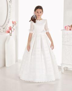 Vestido comunión con lorzas de organza. Disponible en color blanco y marfil.