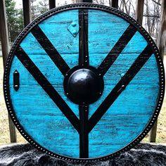 Custom made Viking shieldmaiden's shield with battleworn finish. Wiccan, Pagan, Escudo Viking, Viking Shield Design, Viking Costume, Shield Maiden, Lagertha, Amazing Friends, Norse Vikings