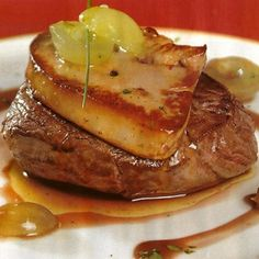 Solomillo ibérico con foie y reducción de módena - Comidas/Navideñas/Carnes - Tapas, Pork Recipes, Healthy Recipes, Mezze, Spanish Dishes, Savoury Dishes, Mediterranean Recipes, My Favorite Food, Food Photo