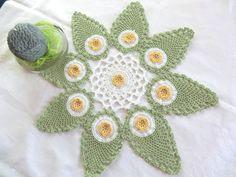 Deckchen Zierdeckchen Häkeldeckchen in drei Farben, grün-weiß-gelbes Deckchen aus 100% Baumwolle von unicata auf Etsy