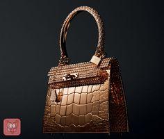 Numa parceria entre Hermès e o joalheiro e também estilista de calçados Pierre Hardy, a Kelly toda feita em ouro rose e com a presença de 1.160 diamantes custará algo em torno de 200 milhões de dólares. Alguém se habilita?