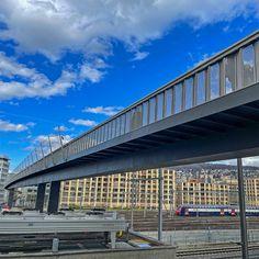 #Brücken und #Stege haben für mich etwas #Magisches eine #spirituelle #Dimension. Jede für sich ist ein #Kunstwerk ein #Effort der #Überwindung von #Hindernissen die meist für sich selbst eine #Faszination ausüben wie z.B der #Negrellisteg über das #Geleisfeld des #Hauptbahnhofes der #Stadt #Zürich. Die #Geschichte des Negrellisteges ist lang so lang und #kurvenreich und von #Enttäuschungen begleitet dass ich mich darüber #ärgern könnte. #Könnte. Stattdessen #freue ich mich über das… Photography, Food, Spiritual, Artworks, City, History, Photograph, Fotografie, Essen