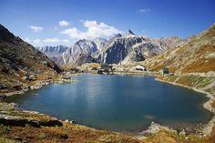 lago del Gran San Bernardo  è in parte italiano e in parte svizzero