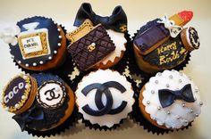 オーダーケーキ(オーダー内容:シャネル、カップケーキ、アイシングクッキー) スイーツ馬鹿もぇ『4LDK 古民家 一人暮らし』