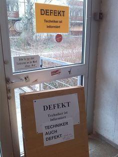 """Eine Tür geht kaputt und Leute rasten aus """"Techniker ist informiert."""" Ein Zettel produzierte an der Uni Mainz immer neue Zettel. Eine kurze Meme-Geschichte."""