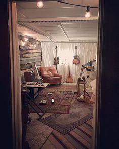 Youre welcome inside // were open #opendoors #countrystyle #folkrock #gibsonguitars #altcountry #indiemusic #indiemusician #thanks #grateful #grateful #opendoor