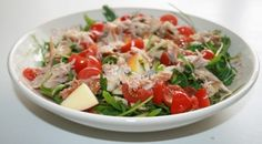 Salade met kip, rucola, appel en tomaat