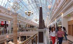 La expresión centro comercial es una alternativa preferible en español al anglicismo mall cuando este se refiere aun 'complejo o edificio en el que se concentra un gran número de tiendas'. En los medios es frecuente ver frases como «Nueve personas resultan heridas tras ser apuñaladas en un mall de Minnesota», «Modifican el horario de malls y supermercados durante la semana de fiestas» o «La apertura del nuevo mall supondrá la creación de decenas de puestos de trabajo en la ciudad». El…
