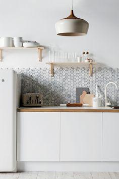 Formen an der Wand? Nein, bloß nicht. Bitte schlicht und weiß. Dachte ich mal. Nach dem Anblick einer Küchenwand mit Polygonen in Marmor und einer weiteren Wand, bestückt mit kleinsten Rechtecken, stehe ich wohl mit dem Rücken zur Wand. Ich bin in Bedrängnis. Ich muss akzeptieren, dass Formen an der Wand gut aussehen. Vor allem Polygone, [...]