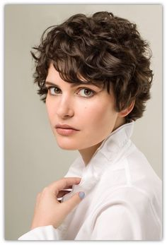 Long pixie hairstyles are a beautiful way to wear short hair. Here we share the best hair styles and how these styles work. Short Curly Pixie, Short Curly Haircuts, Curly Hair Cuts, Short Hair Cuts, Curly Hair Styles, Pixie Cut Wavy Hair, Edgy Hair, Ysl, Pelo Vintage