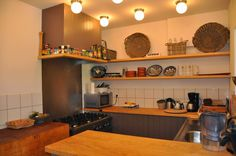 de keuken met 6-pits gasfornuis, gezellig met elkaar koken bij Vakantiehuis Auberge Le Barrage!