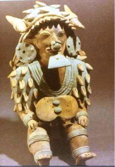 En esta imagen de la cultura jama coaque ( Ecuador), el shaman está en posición ritual, en éxtasis, con cuatro caracoles grandes en la cabeza, formando el cuadrado sagrado, el cosmos, y otros caracoles pequeños en el tocado. Además, el caracol es un símbolo redundante en todo su atuendo, como en el poncho.