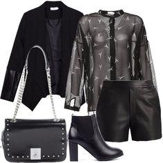 Outfit+total+black+formato+da+un+blazer+con+maniche+in+similpelle,+una+blusa+semitrasparente+con+stampa+e+un+paio+di+shorts+in+fintapelle+da+indossare+accompagnati+da+un+paio+di+calze+a+rete.+Una+borsa+con+catene+e+borchie+e+un+paio+di+Chelsea+boots+con+inserto+elastico+completano+il+look.