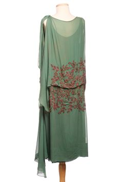 Vintage Fashion Nile green shift, featuring bronze and rose beadwork and delicate metallic embroidery. 20s Fashion, Art Deco Fashion, Fashion History, Retro Fashion, Vintage Fashion, Fashion Tips, Robes Vintage, Vintage Dresses, Vintage Outfits