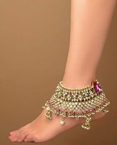 Payals and anklets are the traditional jewelry of South Asian countries. Bridals are wears the Indian anklets jewelry on wedding day. Besides this ladies are wear the traditional Payals on festival… Ankle Jewelry, Ankle Bracelets, Feet Jewelry, Moda India, Anklet Designs, Pearl Set, India Jewelry, Silver Jewelry, Jewellery Box