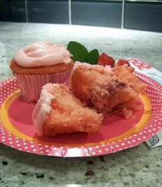 strawberry cupcakes … white cake mix plus fresh strawberries and topped with cream cheese icing! No Bake Desserts, Delicious Desserts, Dessert Recipes, Yummy Food, Strawberry Cupcakes, Strawberry Jello, Lemon Cupcakes, White Cake Mixes, Holiday Cakes