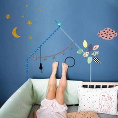 Deco murale Maison Mimi'Lou - Une jolie petite maison en stickers pour jouer et décorer ! Parfaite pour les petits espaces. Idéale pour stimuler la créativité de votre enfant, vous pourrez l'utiliser comme tête de lit dans une chambre ou comme maison de poupée dans une salle de jeux en l'agrémentant d'étagères pour créer différents niveaux.