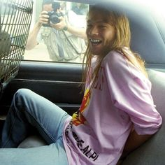 Nueva York, 1992: el cantante de Guns N' Roses, Axl Rose, es detenido como acusado de cuatro cargos por asalto y uno por daños a la propiedad tras unos disturbios durante un concierto el año anterior. #antidisturbios #axlrose #1992 #concierto #gunsnroses #asalto #arrestado http://www.pandabuzz.com/es/imagen-historica-del-dia/axl-rose-detenido