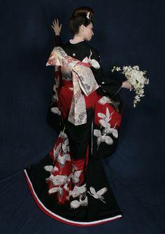 鶴尽し赤ぼかし</big><br/>黒、赤、白のドラマチックな色彩で斬新に画かれた鶴尽くし。黒字の中に染め抜かれた真紅の翔鶴のシルエット、手描きと刺繍で白鶴がほどこされています。